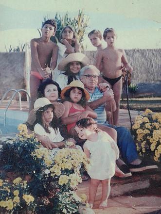 Na chácara, com a filha caçula, netos e netas (1995)