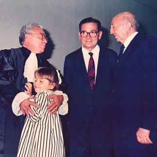 Fontes de Alencar abraçando a filha caçula Daniela, ao lado do irmão Jessé Cláudio e do amigo Serapião (posse no STJ, 1989)